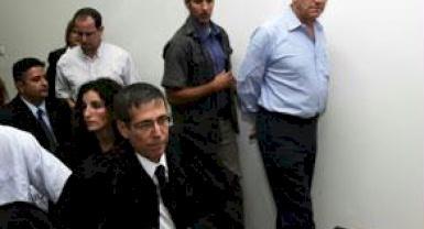 إسرائيل تقدم رئيس وزرائها السابق للمحاكمة