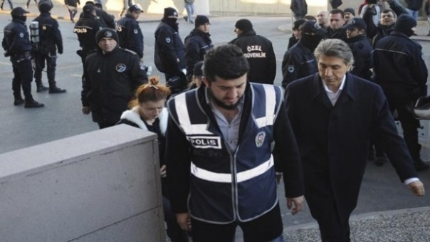 القضاء يوجه اتهامات بالفساد والحكومة ترد بإقالة مسؤولين بالشرطة